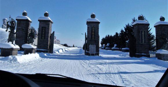 滝野霊園入り口。左手にモアイ像が見えています。