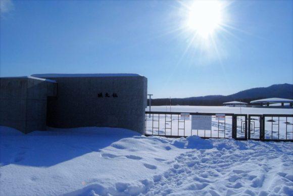 営業時間外の年末年始は閉鎖されています。除雪はされていません。