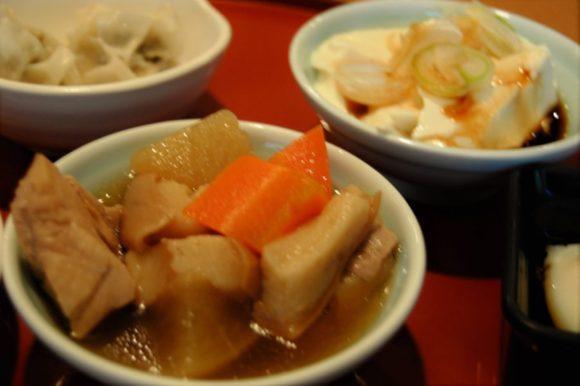 鶏肉と車麩の煮物、自家製ざる豆腐(村上市小林醤油店の鮭ぶし醤油) 、高菜シュウマイ