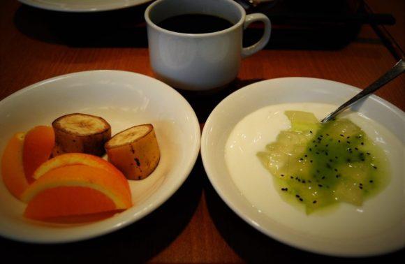 カットフルーツ(オレンジ、バナナ)ヨーグルト(キウイソース)、コーヒー
