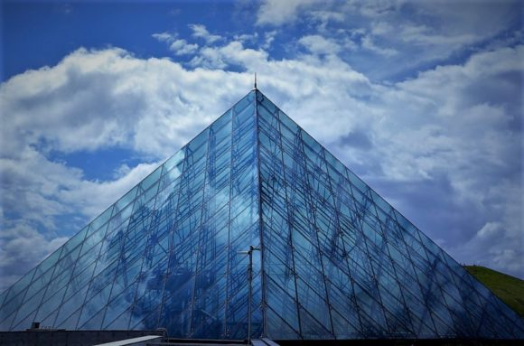 ガラスのピラミッドは環境配慮のため、館内の冷房システムに「雪冷房」を導入していることでも注目を集めています。