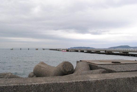 渚の駅の建物を抜けると夕日桟橋が!