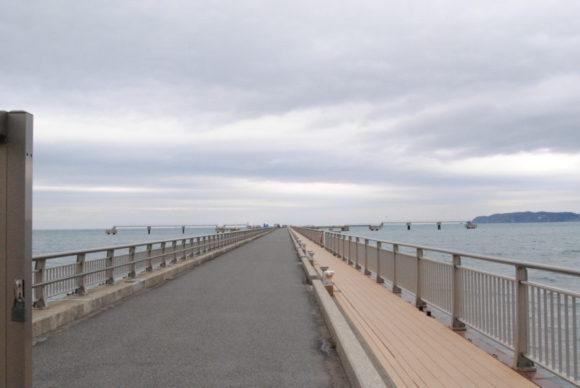 海岸から500メートルある夕日桟橋。先が見えない(笑)。