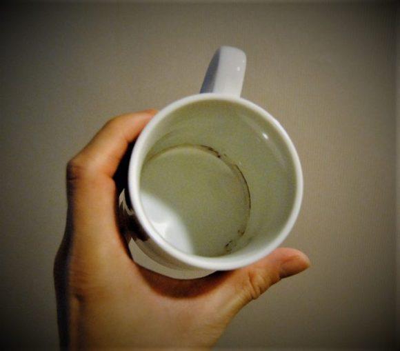 残念なことに、常備しているマグカップの底は茶渋のシミが残っていました。