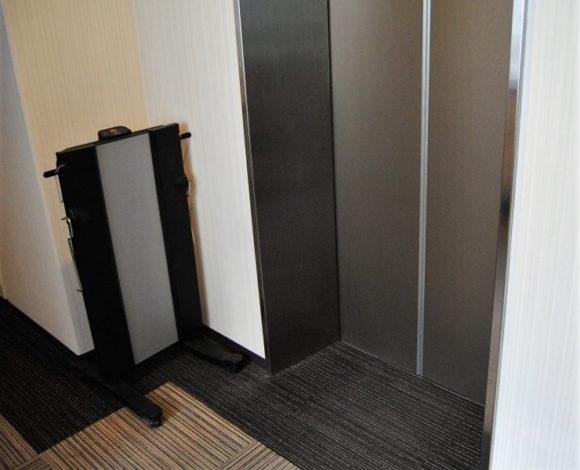 エレベーター横にはズボンプレッサーが常備。