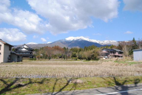 北平山の頂上は雪が根深そう。