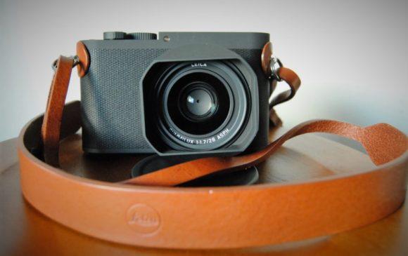 LeicaQPにレンズフード、フィルターを装着した状態。カッコいい。