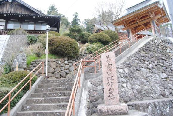 長い階段を横目に通り過ぎる。