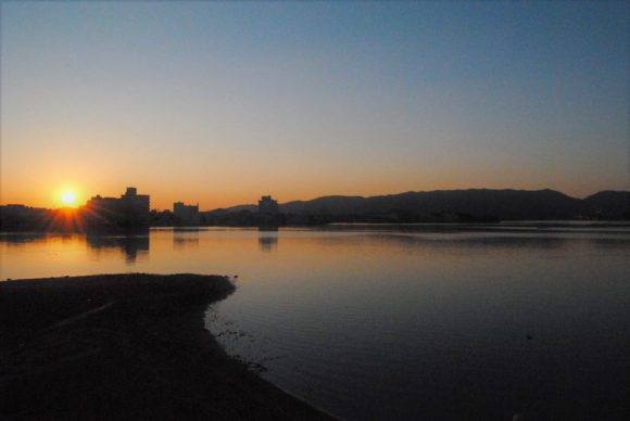 朝日と加茂湖。