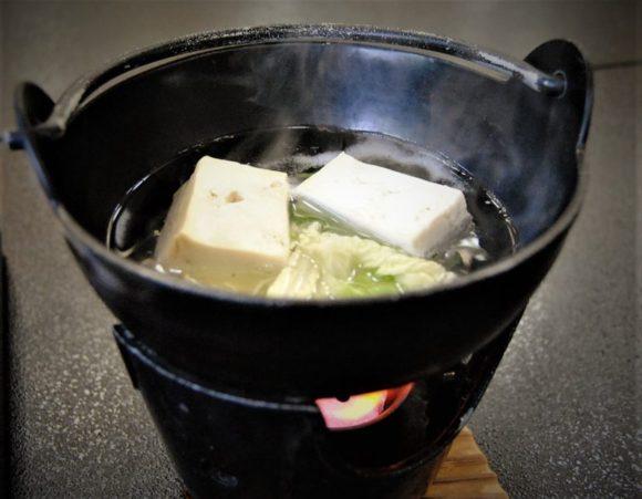 グツグツ煮えたぎる湯豆腐。