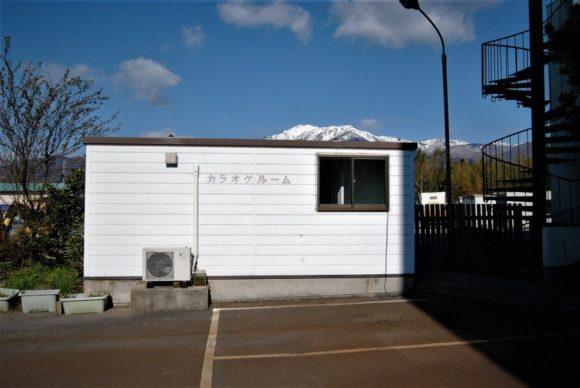 駐車場の近くにプレハブ小屋のようなカラオケルームがあります。