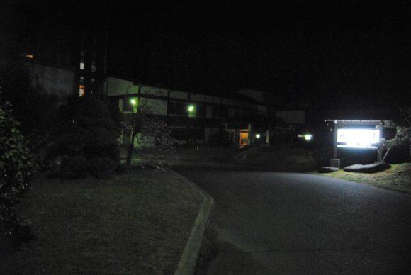 夜のホテル志い屋のエントランス