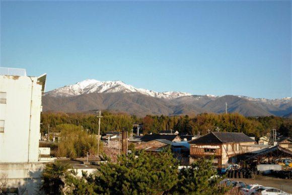4月中旬でも山に残雪がある。