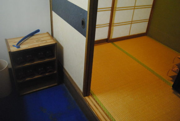 部屋の玄関。左には洗面台。