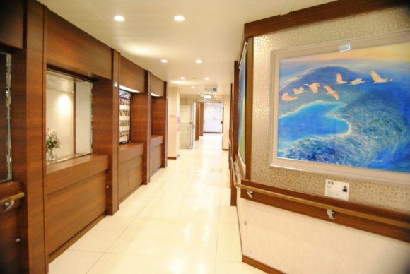 廊下もきれい。朱鷺が羽ばたいている絵もいい感じ。