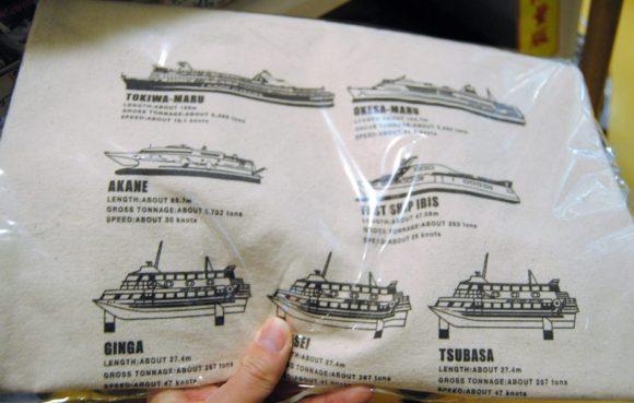 歴代の船が描かれたトートバッグもあります。
