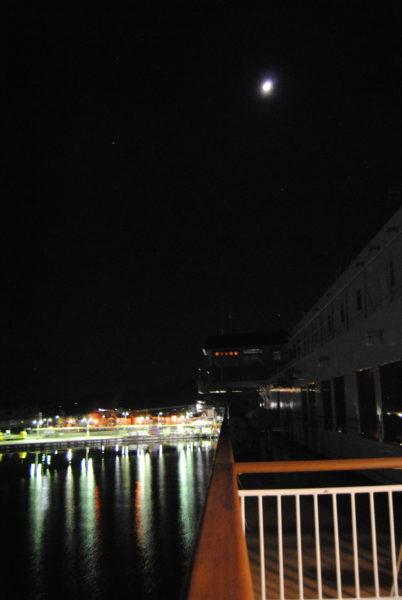 佐渡島・両津港が見えてきた。上空には月も。