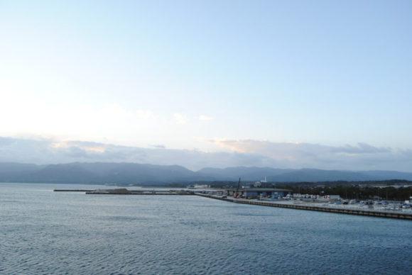 ゆっくりと佐渡島から離れていく。