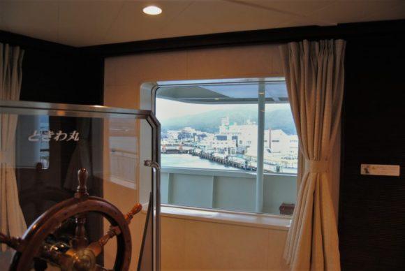 展望室から佐渡島を見る。