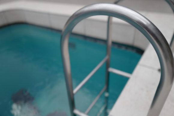 金沢21世紀美術館にある作品「スイミング・プール」。人が多い場所ではマクロ機能の使用頻度が高い。