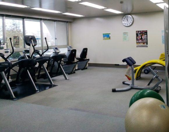 腹筋・背筋の器具やバランスボールもあります。