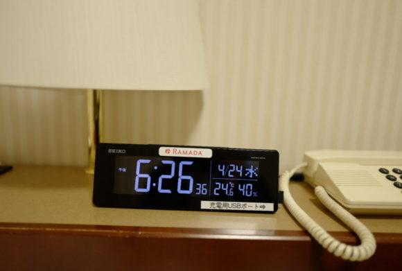 目覚まし時計は大きくて見やすい。USB充電ポートも付いていて使える。