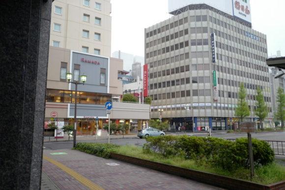 階段を下ると左手にすぐラマダホテル新潟が見えます。