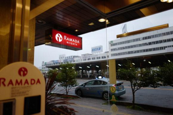 ラマダホテル新潟の玄関口から新潟駅を眺める。