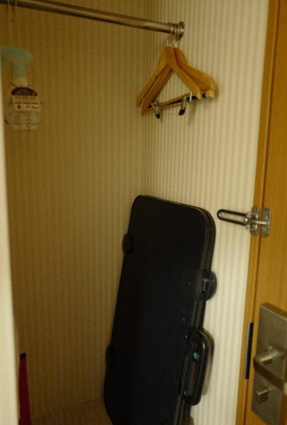 部屋にズボンプレッサーも常備。