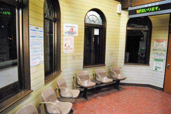東新津駅の駅舎。