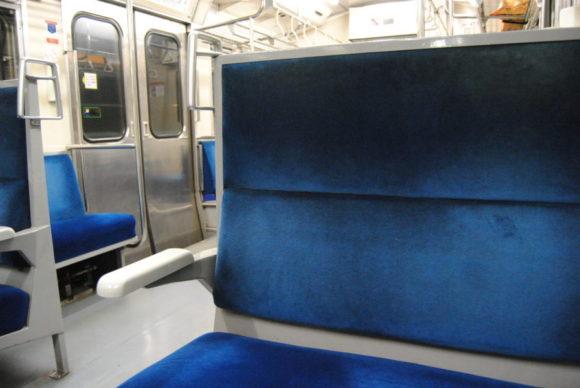 時代を感じる列車内。