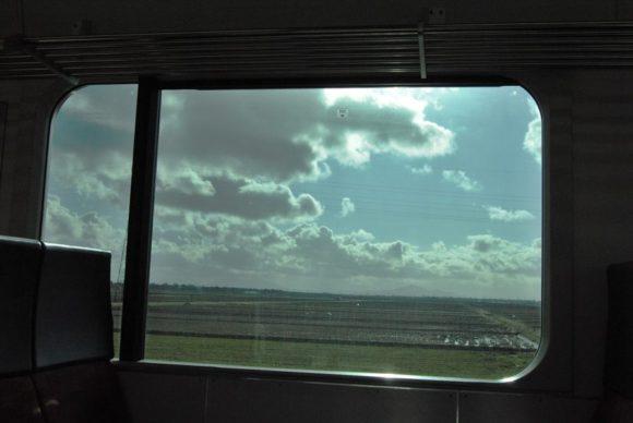 田園風景の上に新潟特有の形をした雲が浮く。