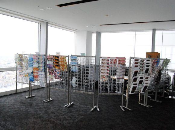 展望台の片隅には椅子が積まれ、観光チラシが設置してある。