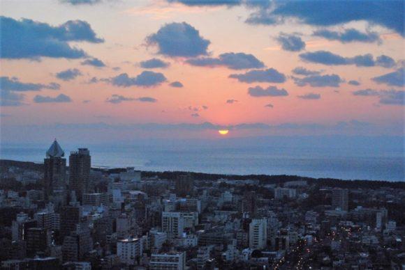 太陽が徐々に沈んでいきます。