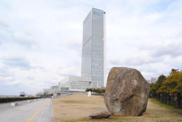 手前の岩の作品は蔡國強(ツァイ・グオチャン)『灯台』。