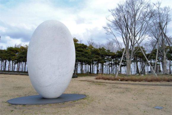 柔らかな流線型の作品は「安田侃(やすだかん)」かな?