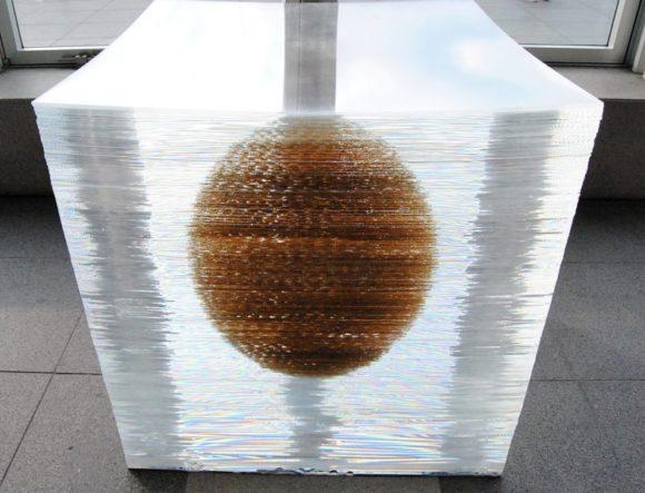 透明な立方体に球体が入っている?