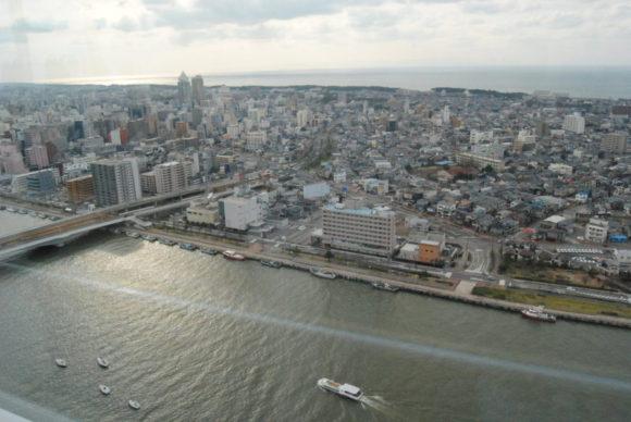 古町方面。下は信濃川。