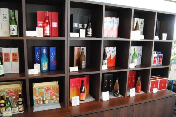 入り口付近は日本酒も販売してます。