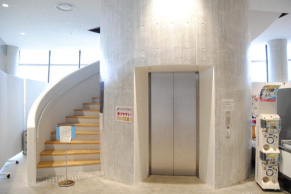 2階へのエレベーター