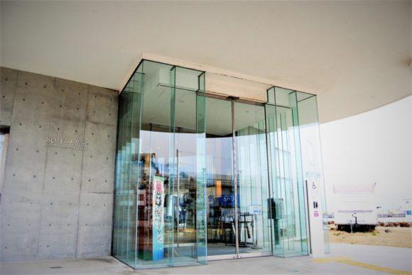 表玄関入り口はガラス張りでオシャレ。