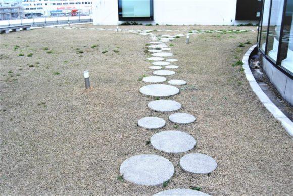 マルイ縁石がリズミカルに並ぶ。