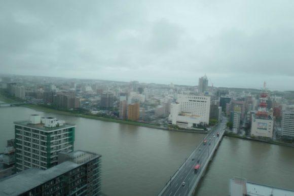 万代橋。信濃川はコーヒーミルクのように濁っている