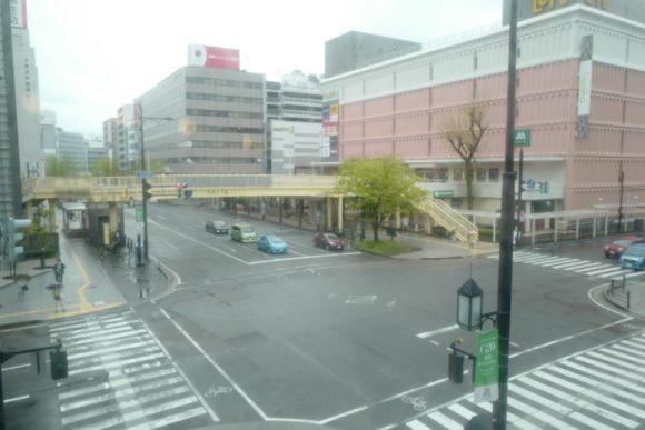 2階から万代の交差点を眺める。
