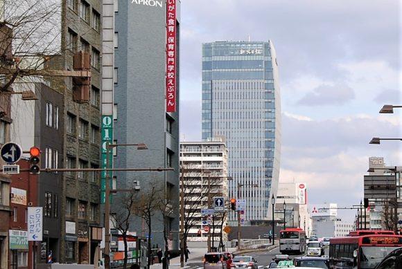 古町側から新潟日報メディアシップを眺める。