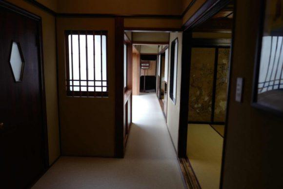 廊下を進むと鬼川文庫の案内板。
