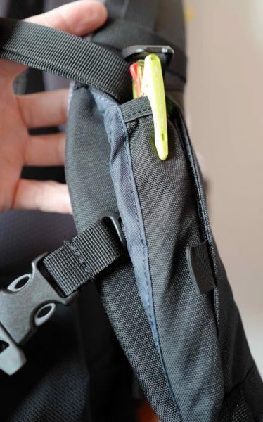 肩紐のポケットにペンなど収納できる。