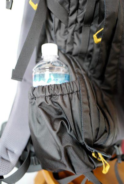 もう片方のポケットには500ccのペットボトル。