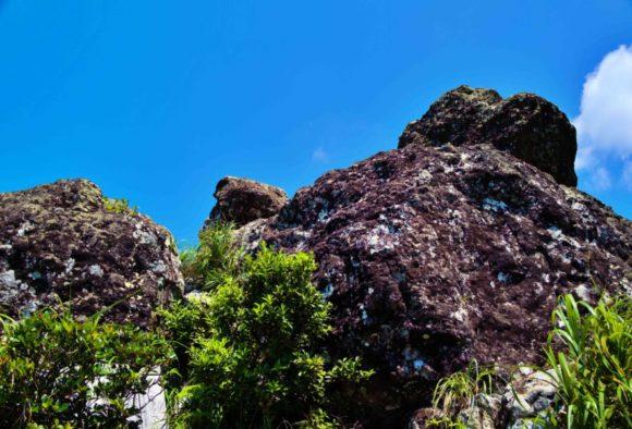険しいマーペーの岩山