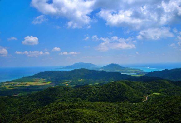 野底岳から川平湾も見えます。
